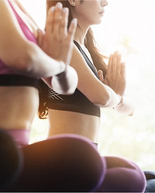 Mujeres que practican yoga