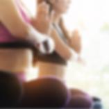 Le donne si esercitano in yoga