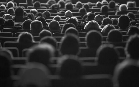 sala de cine con gente en sus butacas