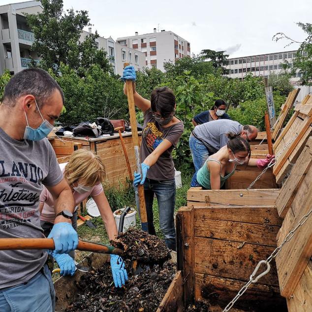 Retournement du compost sept. 2020 2.JPG