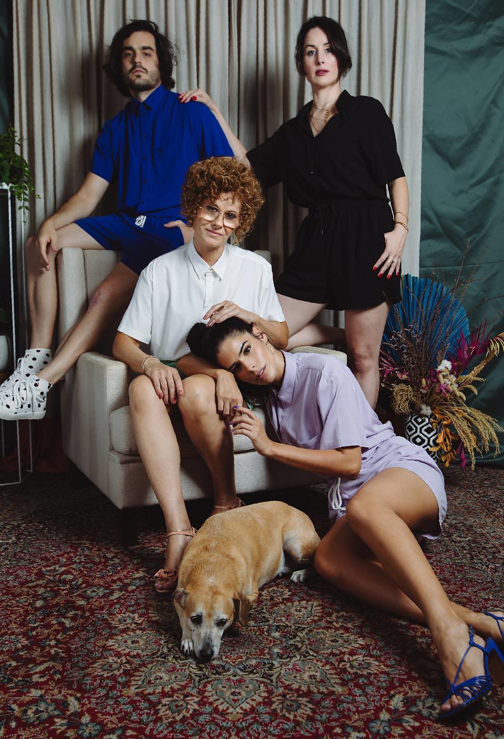 família Loli veste camisa oversize e shorts de elástico em viscose com elastano