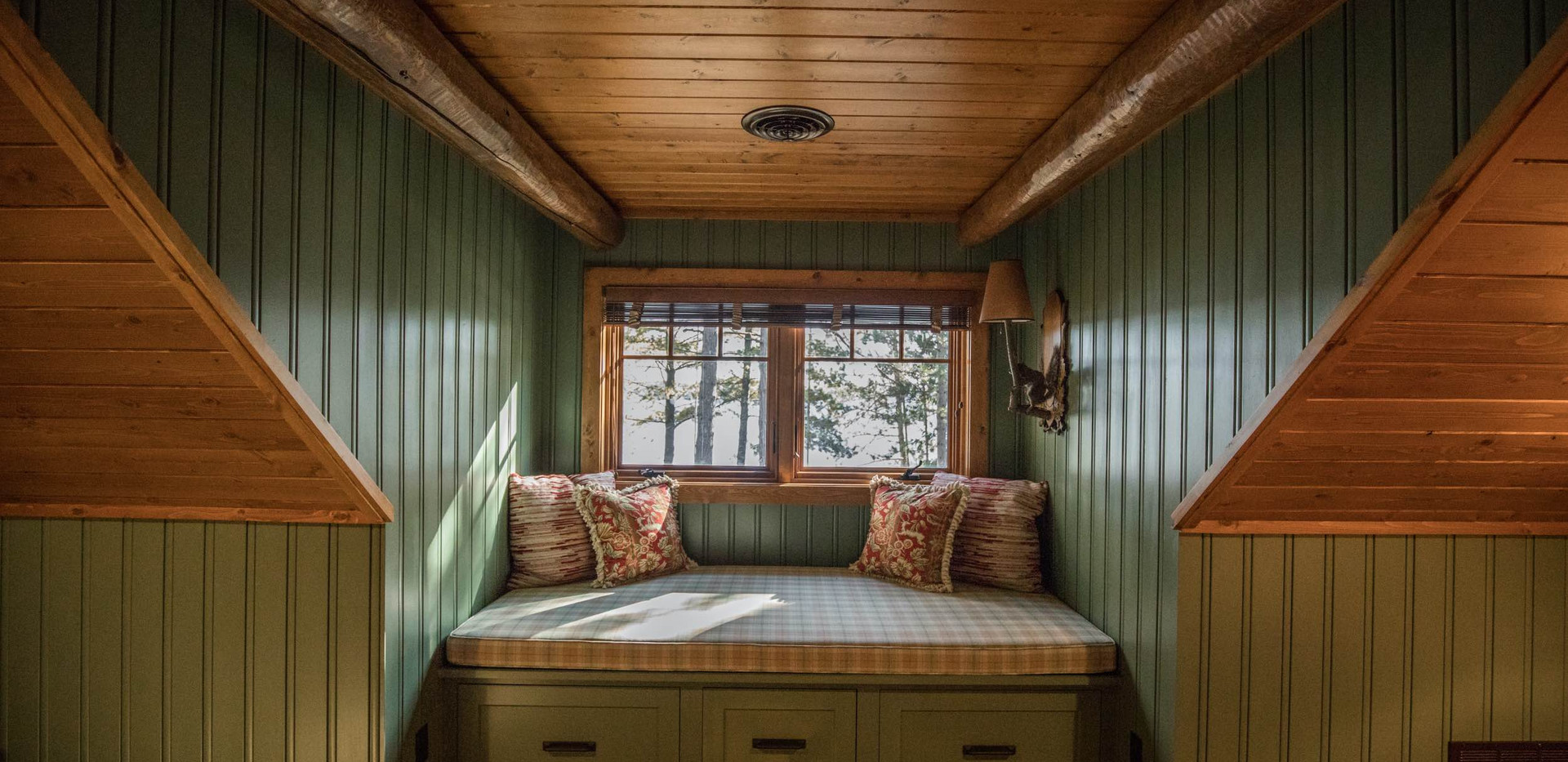 Traditional Log Lake Home Upper Guest Bed Bench