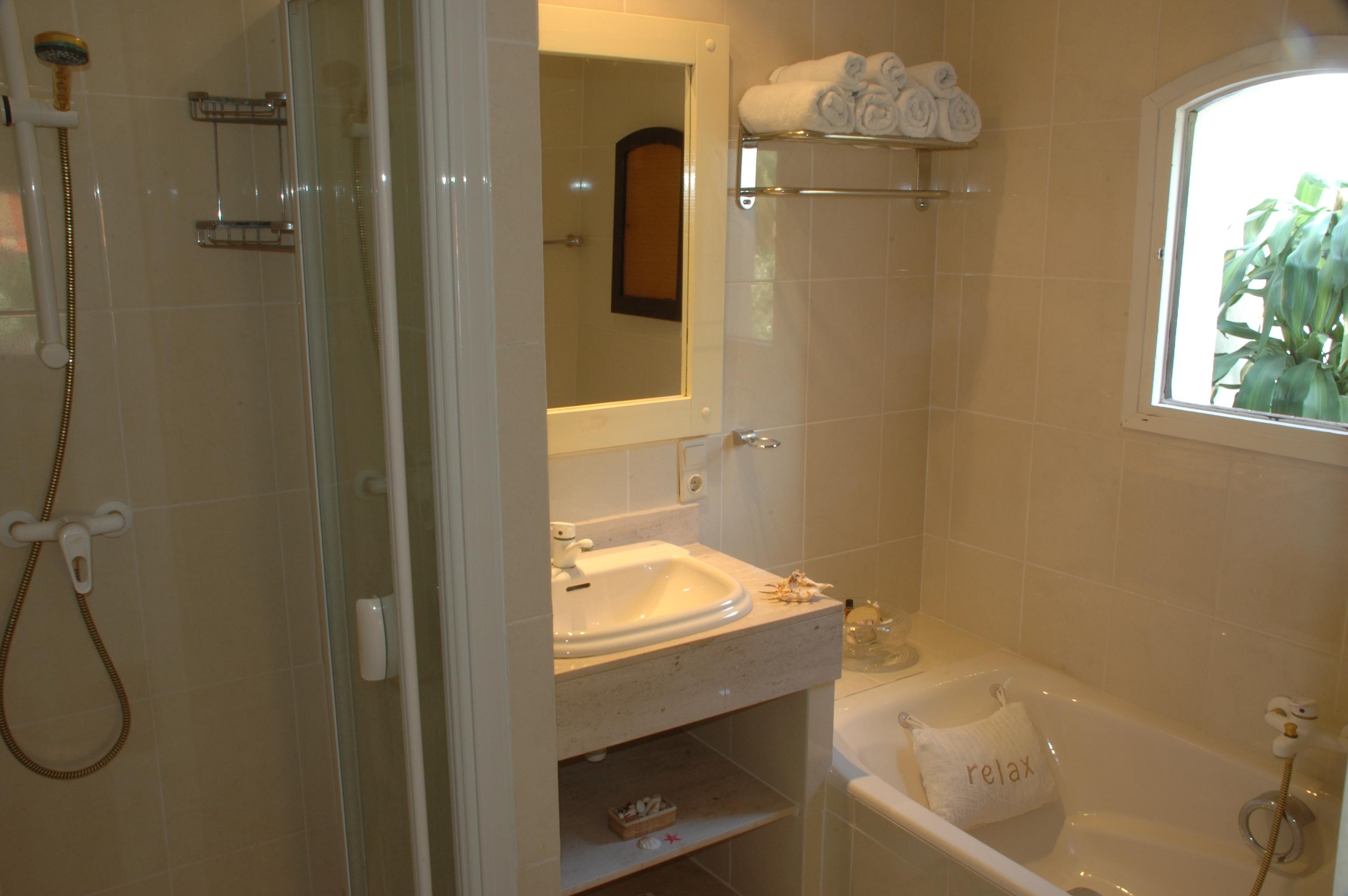 CanHedone_10-Bathroom1of9.JPG