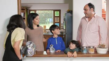 Los-bravo-comedia-web-foto-risa-familia.