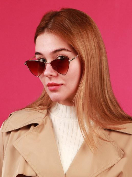 Стильные солнцезащитные очки неординарной треугольной формы. Необычные очки - выбор многих звёздных блоггеров в этом сезоне, очки в металлической рамке геометрической формы - это отличное решение для создания уникального модного образа. Острые линии рамки отлично подчеркнут линию бровей и скул, сделают лицо визуально более очерченным и худым.