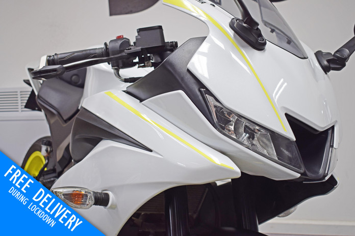 Used Yamaha R125 White Fluro For sale Northampton Bike Sanctuary front fairing close.jpg