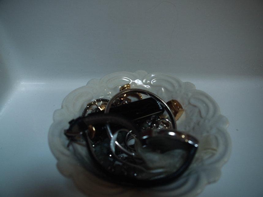 Foto einer Schale mit Schmuck und Uhren
