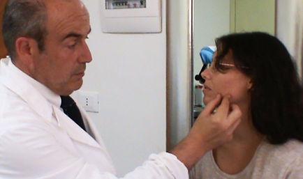 dott. Emilio Betti mentre visita una paziente