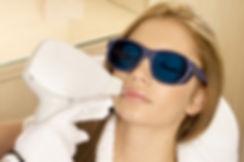 luce pulsata, cura acne e capillari sul viso di una donna