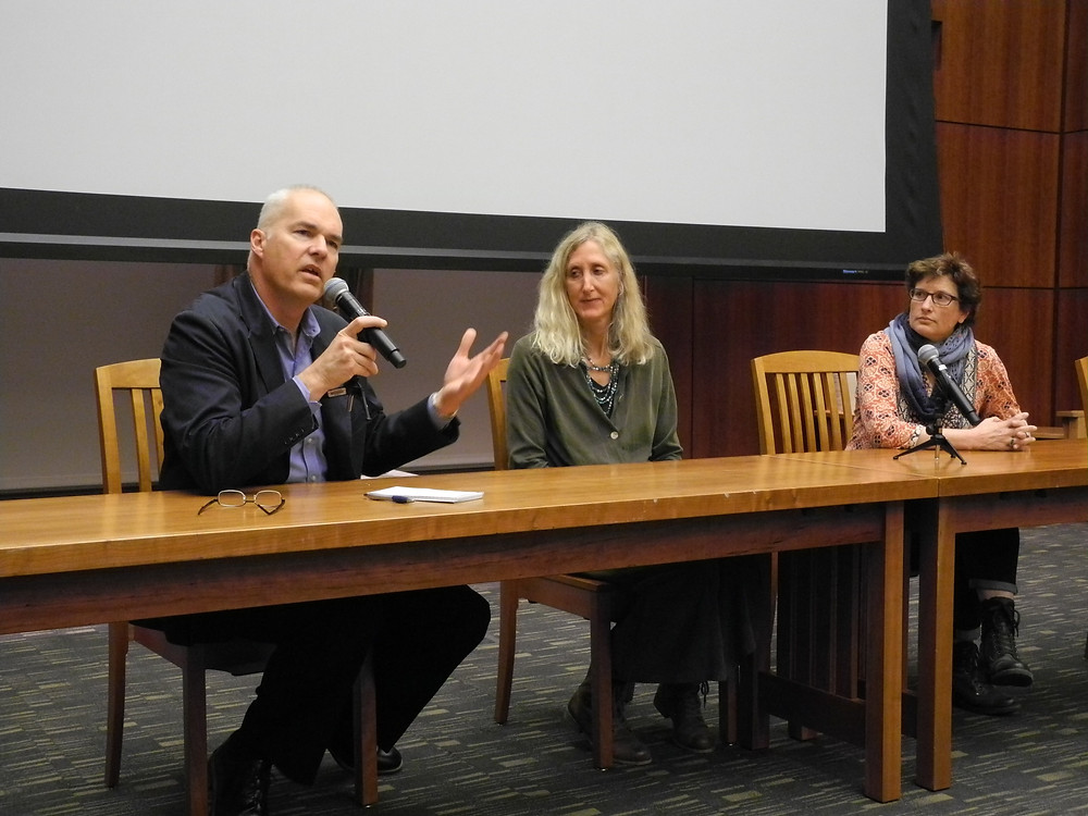 Mr Reed intervient avec d'autres intervenantes à l'université de Santa Clara, San José, Californie.