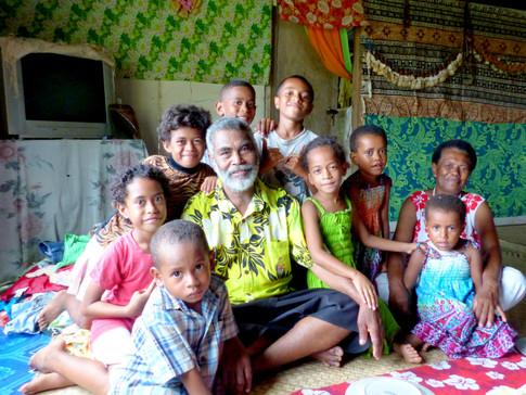 Le chef du village et ses petits enfants