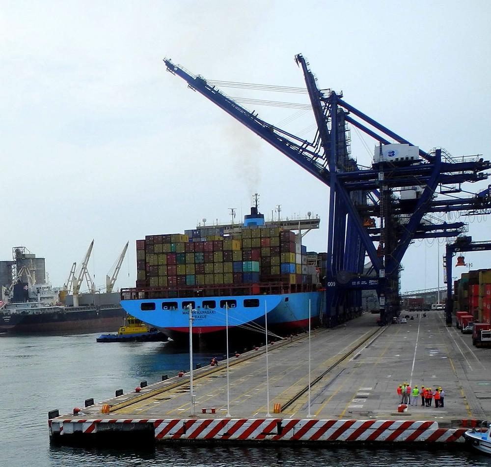 Un énorme transporteur se ravitaille au port de Veracruz.