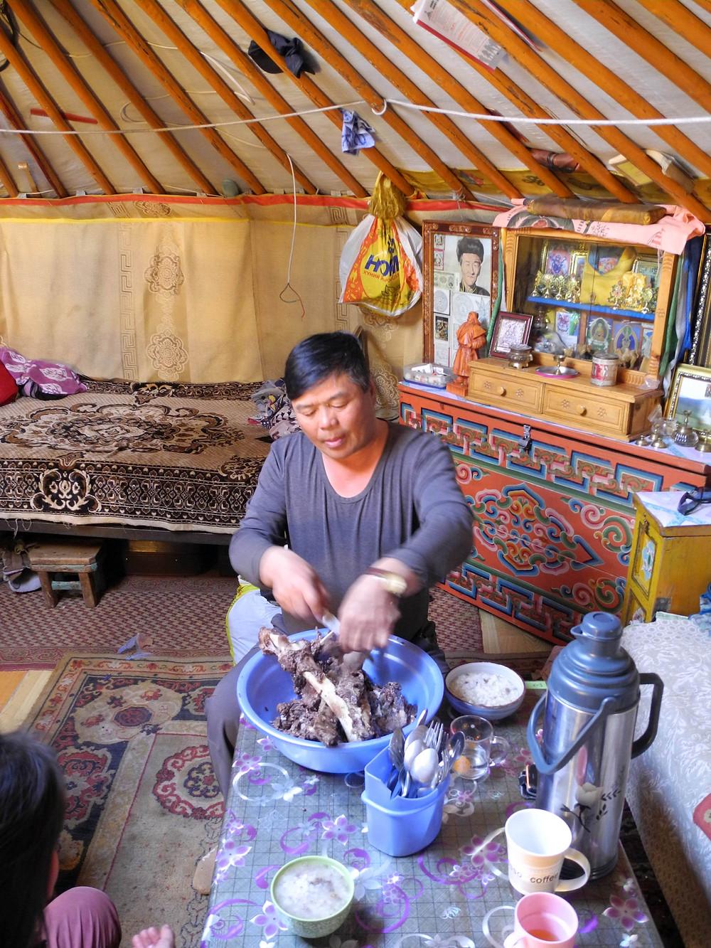 Dawaa coupe la viande de yak, un soir où le maître de maison est absent.