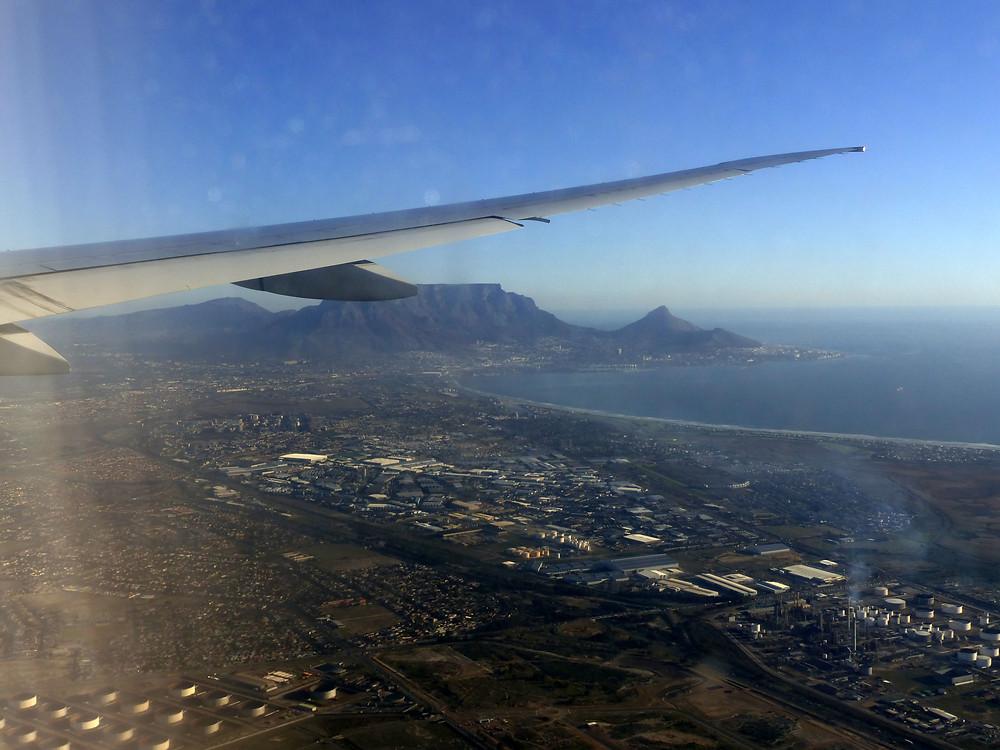 Descente sur Le Cap, avec la plate Montagne de la Table sous l'aile de l'avion et un bout de l'unique centrale nucléaire du continent africain.