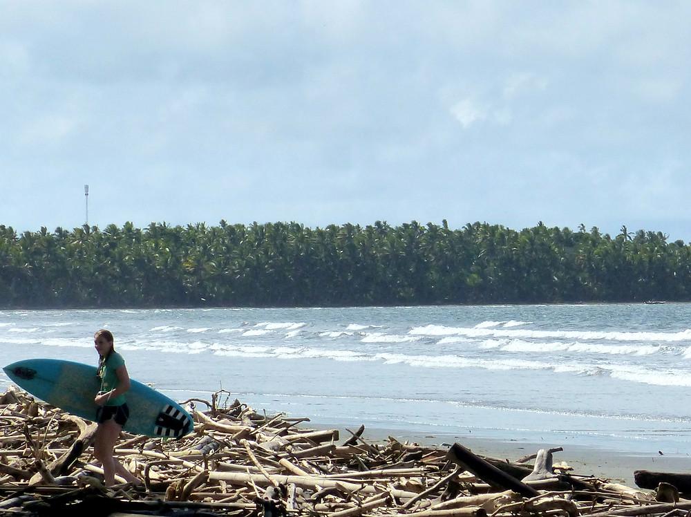Les débris dus aux récents cyclones, naturels ou non, rendent les plages pratiquables seulement pour les plus courageuses...