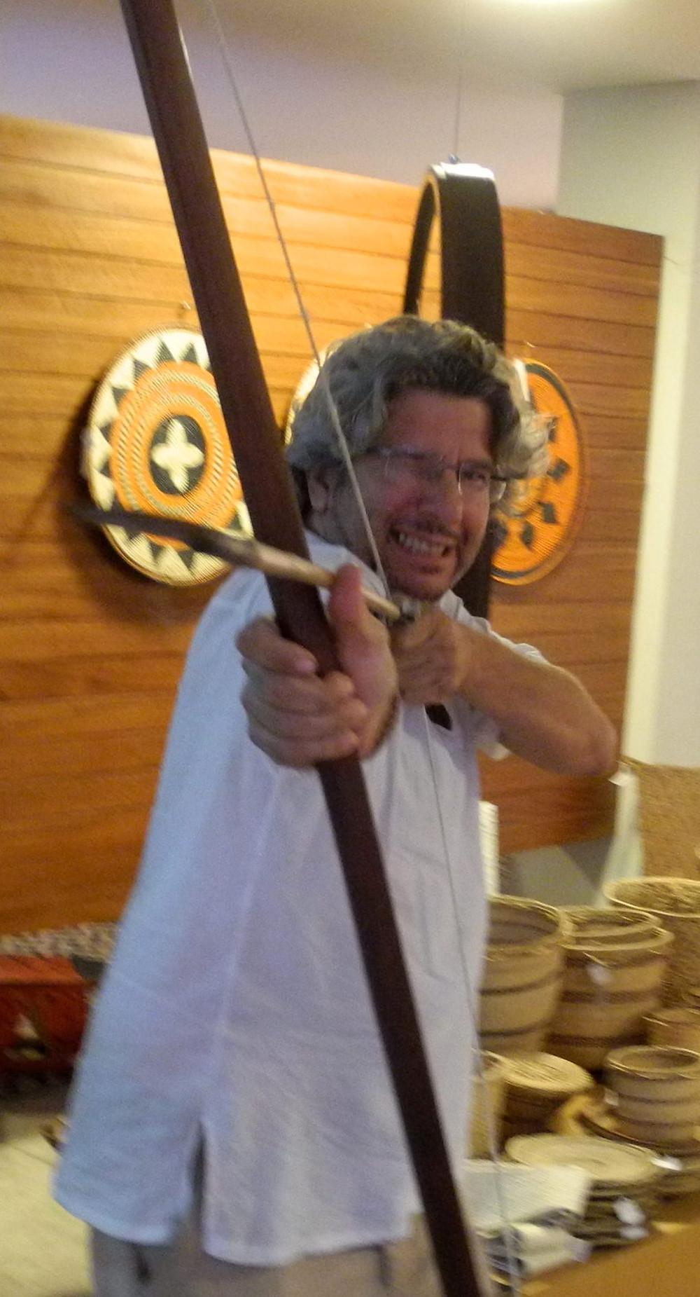 Marcello n'hésite pas à sortir un arc géant et une flèche d'une galerie d'art pour m'expliquer une technique de chasse...