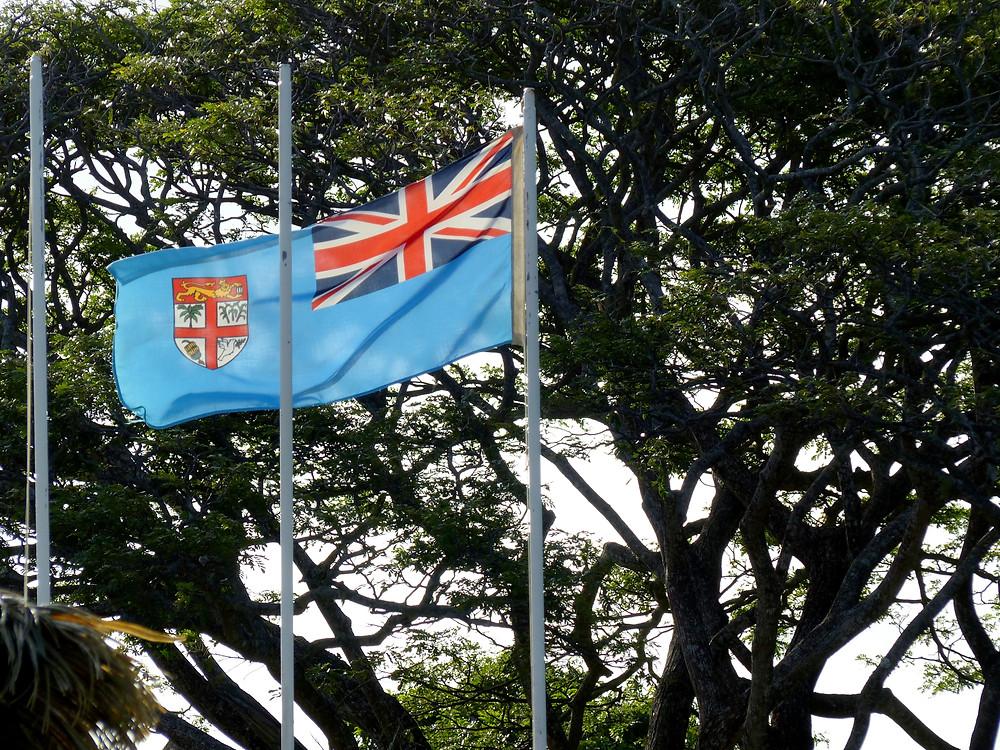 Le vents violents du cyclone, même ayant dévié sa course, font battre le drapeau fidjien.