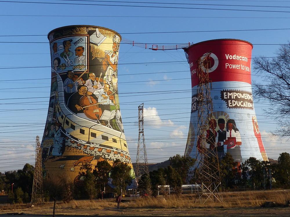 La centrale d'énergie de Soweto, aujourd'hui désaffectée, sert surtout aux touristes qui veulent se jeter en élastique de la passerelle rouge