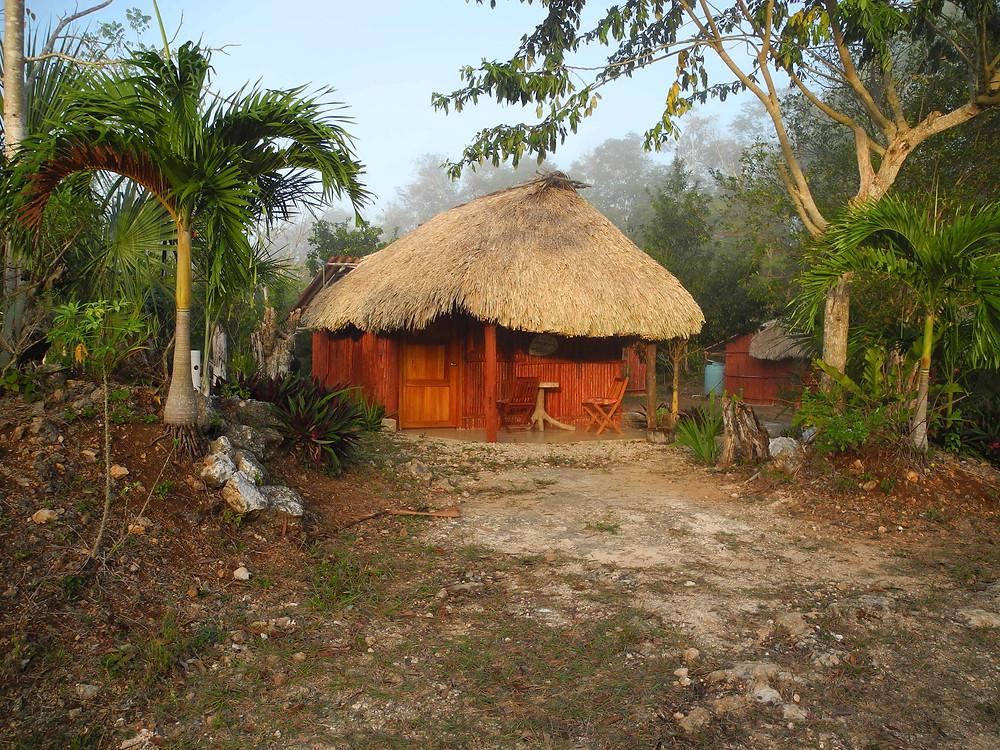 Une cabane semblable à celle où je dormais, au centre écotouristique de Kiichpam K'aax