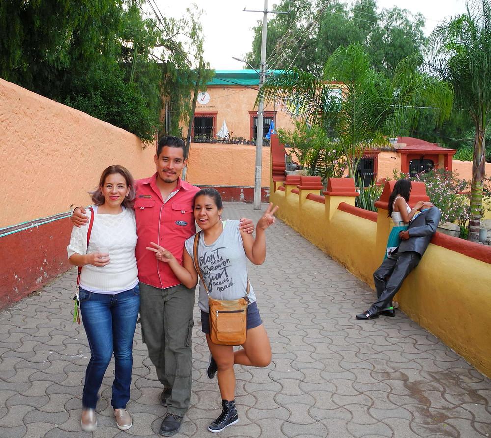 Máyela, deux amis et des amoureux près des bassins