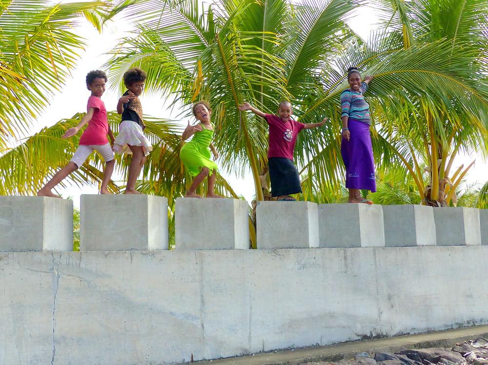 """Le """"Sea Wall"""" devient un terrain de jeu pour les enfants du village."""