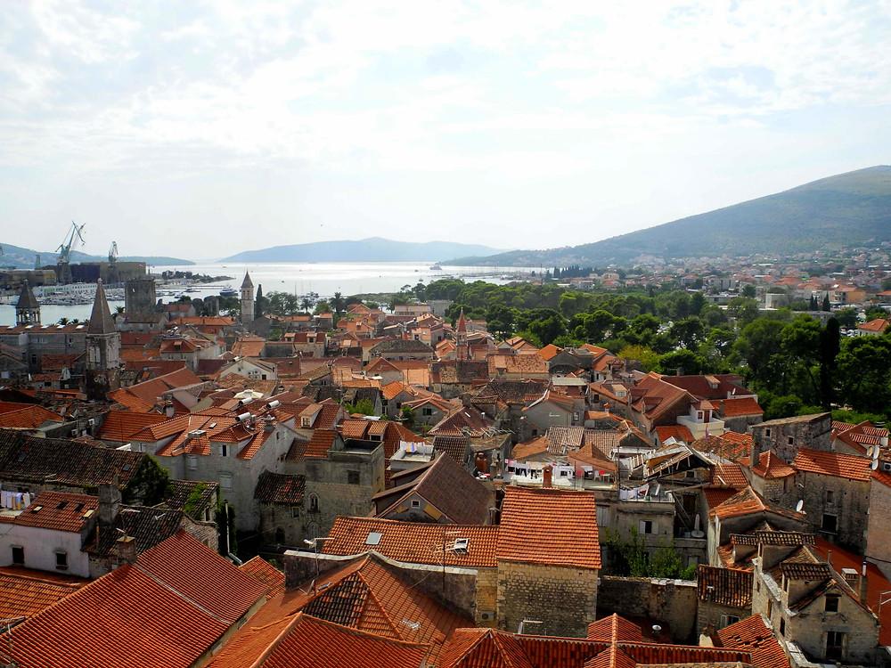 Vue sur la ville médiévale de Trogir depuis le clocher de la Katedrala Sv. Lovre.