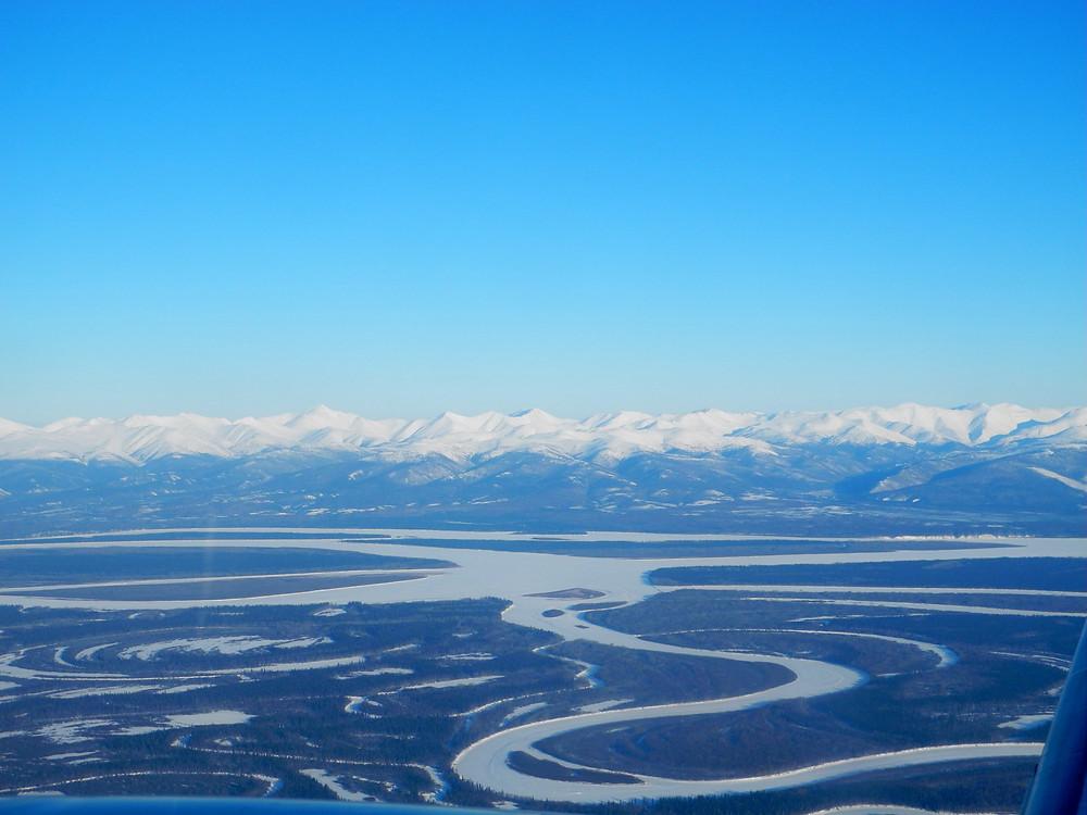 Vue de l'Alaska Range depuis le petit bimoteur qui m'emmène à Ruby en descendant la Tanana river puis la Yukon river.