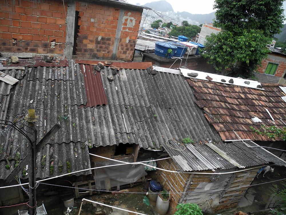 Une dizaine de familles vivent sous ces abris insalubres.