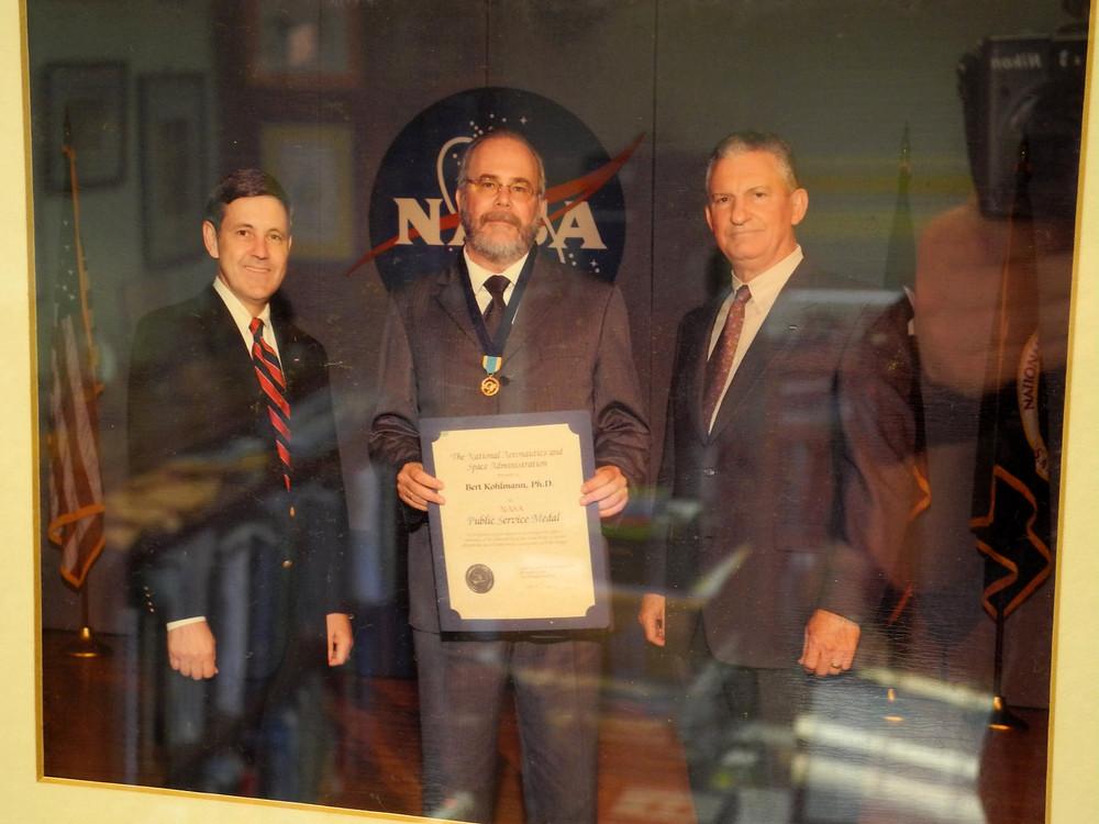 Professeur bert Kohlmann recevant la médaille du service public de la NASA.