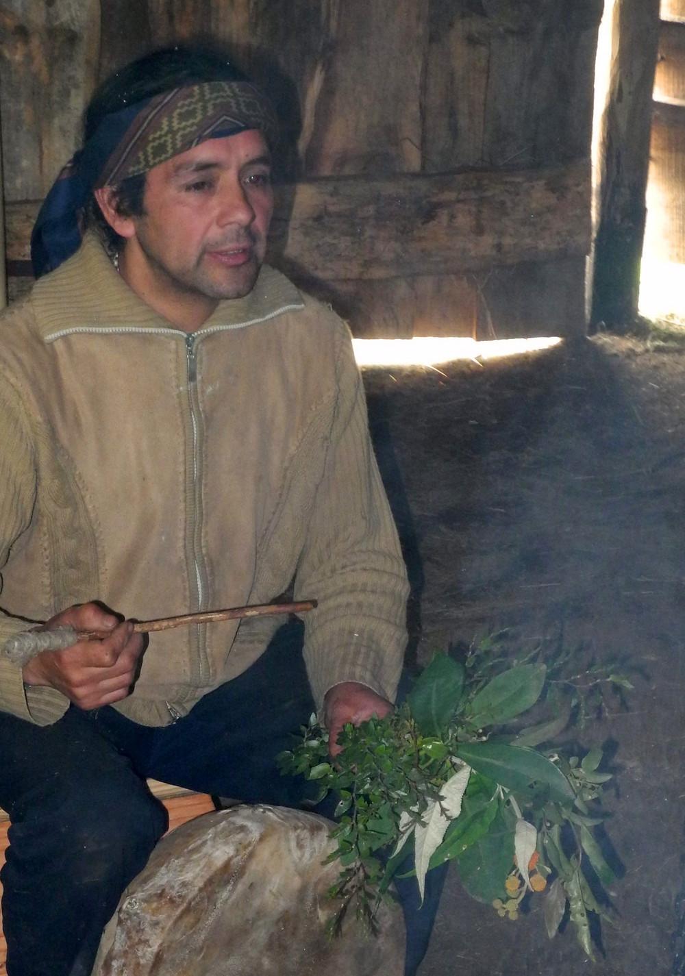 Le machi évoque les propriétés des plantes cueillies ce matin dans le jardin.