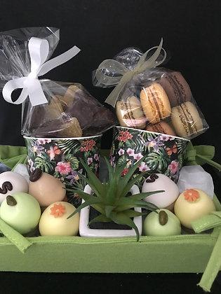 Geschenkmandje met 2 tassen en lekkers