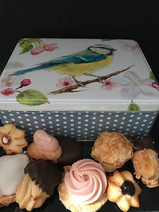 Blikken doos gevuld met ambachtelijke dessertkoekjes