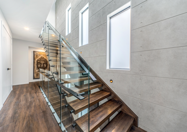 Open tread stairs with glass balustrade