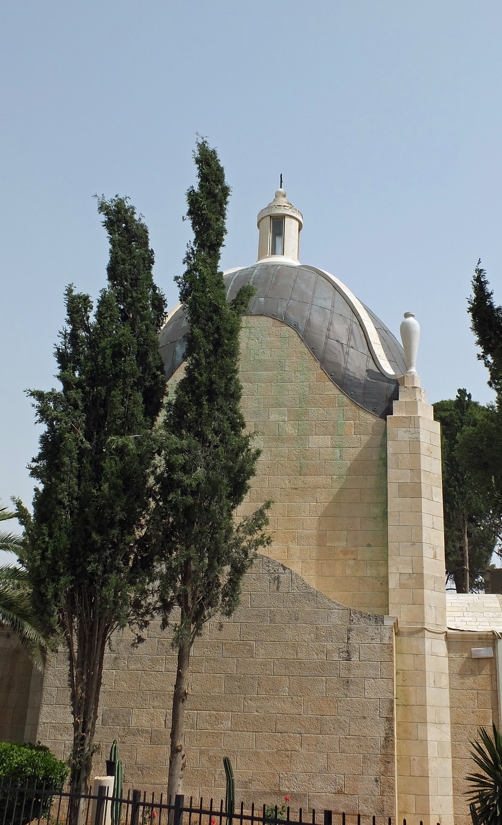 Tränenförmige Kuppel und Tränenvasen an der Dominus Flevit Kirche am Ölberg in Jerusalem