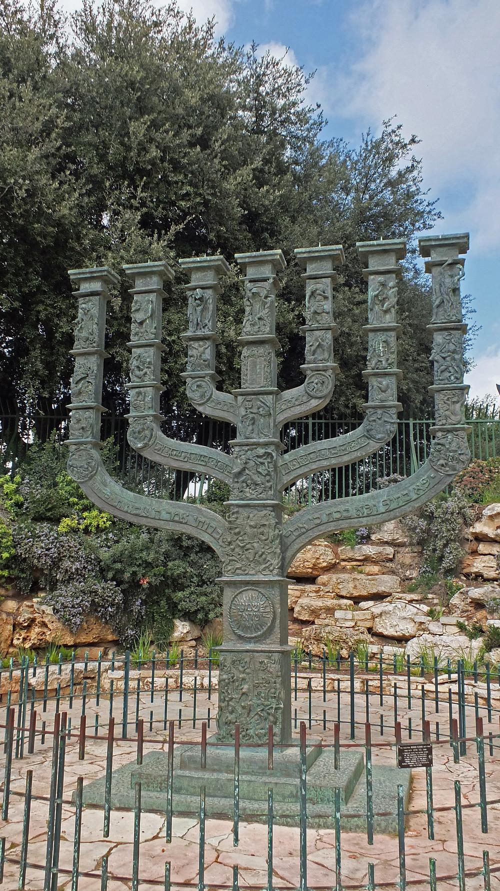 Menora vor der Knessset