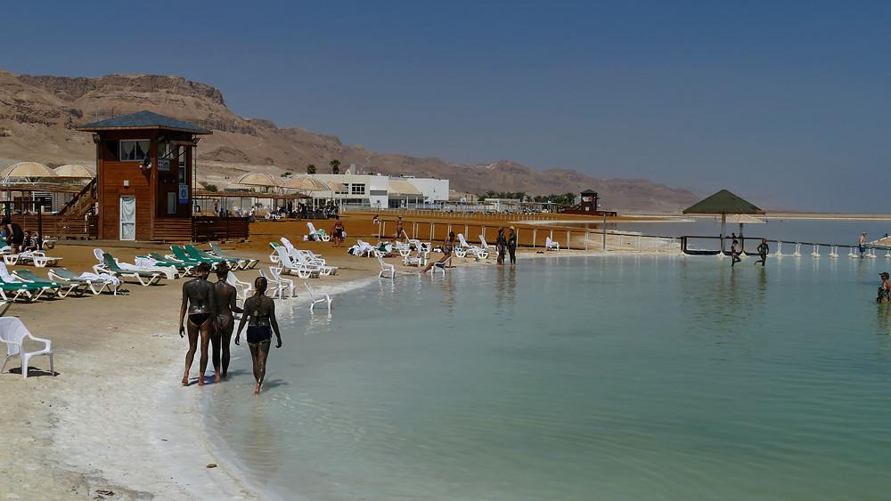 Schlammpackung in Ein Bokeq am öffentlichen Strand