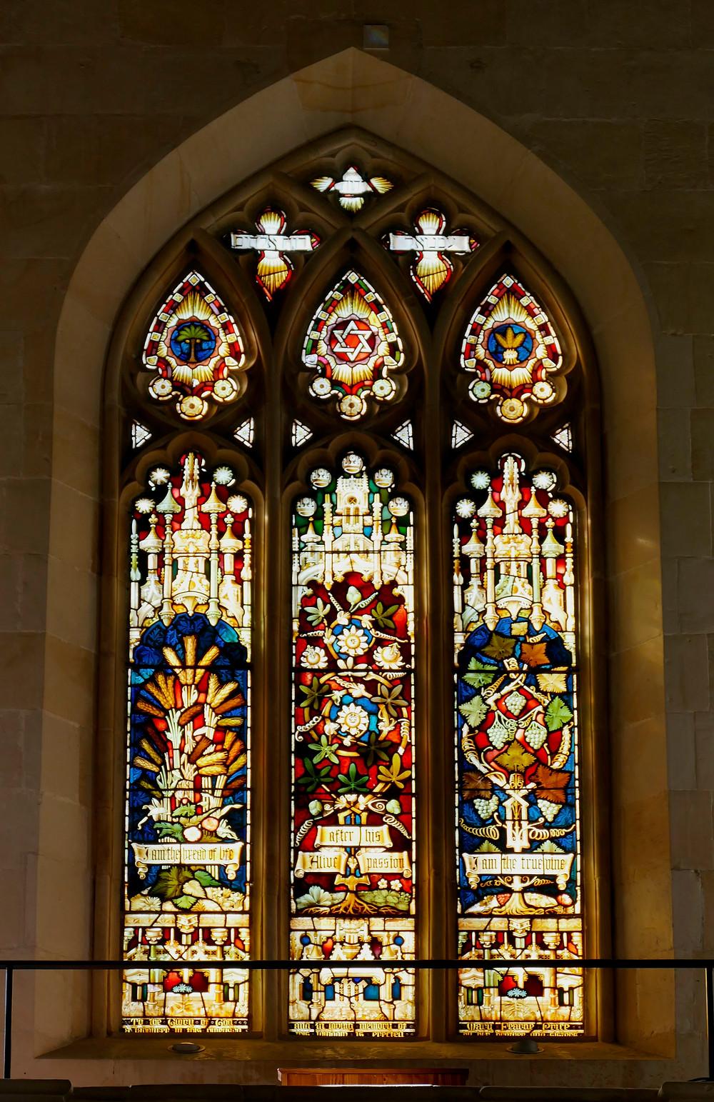 Glasfenster über dem Eingang der Christuskirche in Jerusalem