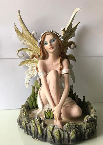 Elfe sitzt im Schilfteich