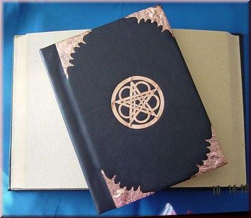 Buch der Schatten mit Kunstledereinband und Kupferbeschlägen, Fledermaus