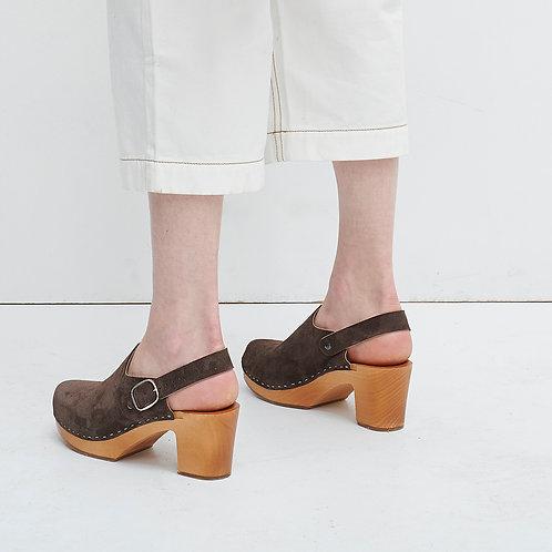 Wsuwane buty zamszowe na drewnianej podeszwie z dekoracyjnym paskiem