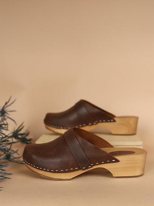 Low-heeled leather shoes