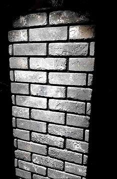 קיר בריים אפורים עם נגיעות לבן חום ושחור