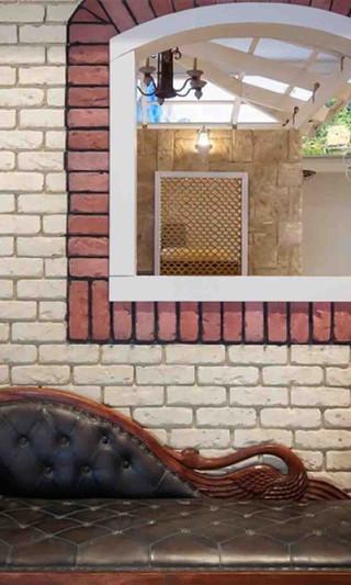 חיפוי קיר בריקים עם חלון