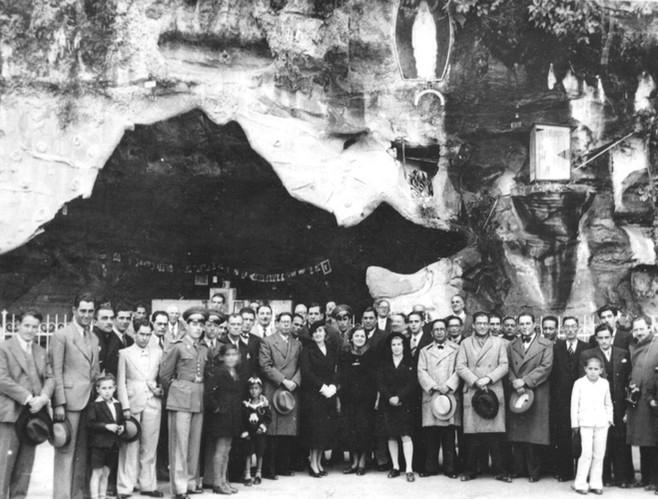Politicos e autoridades reunidos na grut