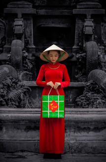 Thiếu nữ và hộp quà bánh chưng