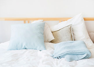 ropa-cama-blanca-azul-cama_23-2147934395