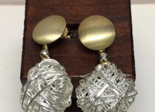 orecchini bottone dorato e gomitolo