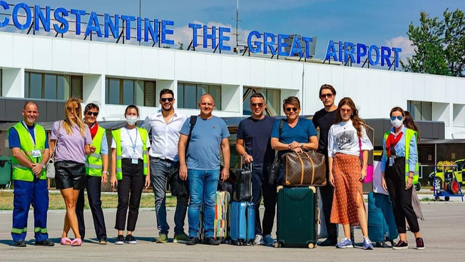 "Ekipa filma o Tomi Zdravkoviću ""Toma"" i Vlade Divac sleteli na niški aerodrom"