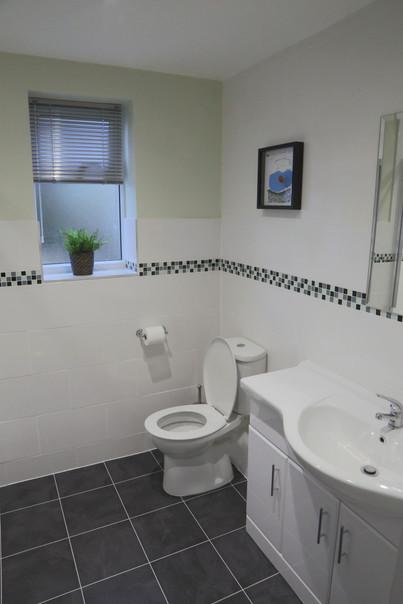 Large main bathroom.jpg