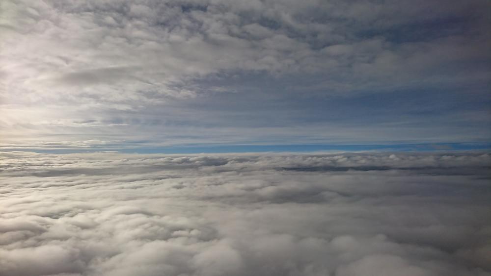 羽田を出て、曇り空を抜けた上空